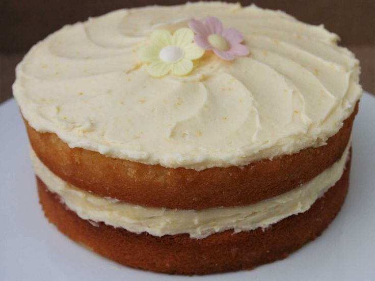 This zesty LEMON CAKE is a burst of sunshine! Crammed full of lemon in every mouthful. One of my most popular bakes. Try it, you wont be disappointed. Recipe on my blog. Lainey x