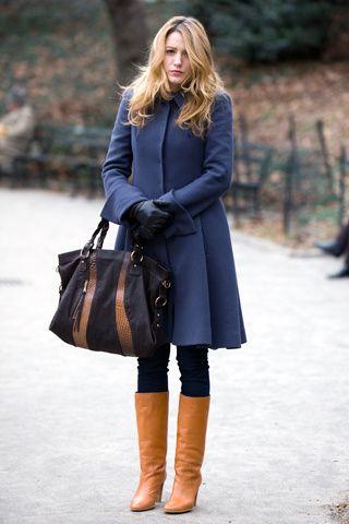 Botas marrones. Las botas marrones de piel son unos zapatos imprescindibles en invierno. Al ser de un color neutro las podrás combinar con cualquier abrigo y llevarlas con pitillos por dentro, con pantalones anchos por fuera, con faldas o vestidos.