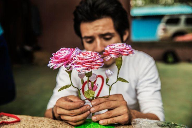 Gustavo Adolfo Godoy, 25 ετών από τη Γουατεμάλα  Γνωρίζει ήδη πώς είναι να είσαι φυλακισμένος στις ΗΠΑ. Συνελήφθη στην Αριζόνα μετά από πολλαπλές προσπάθειες να περάσει τα σύνορα. Τώρα επιθυμεί να πάει στον Καναδά. Στο «καταφύγιο» των μεταναστών στην Ιξτεπέκ, ο Gustavo φτιάχνει λουλούδια από ύφασμα και τα πουλάει για να βγάλει τα προς το ζην.  Copyright: Anna Surinyach/MSF