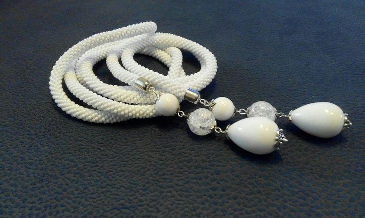 Лариат в белом, с объемными камнями.