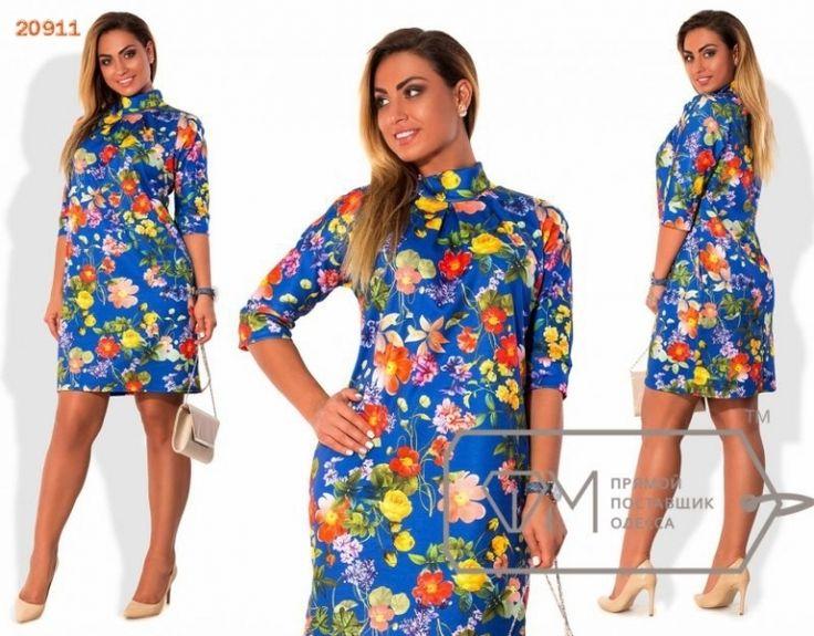 Платье с цветочным принтом на синем фоне
