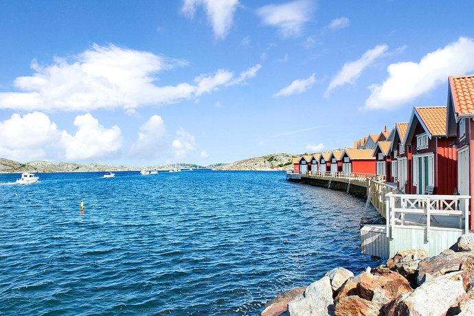 Skärgården under sommaren med klart blått hav.
