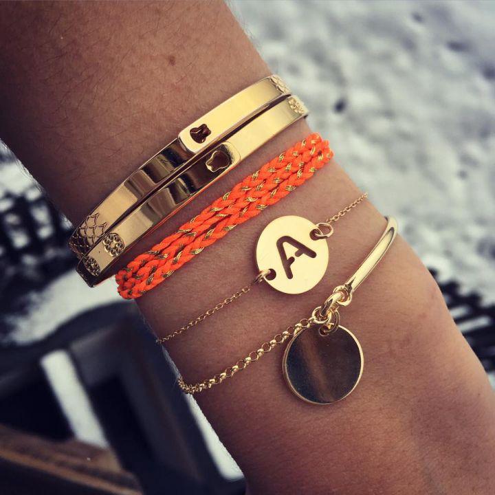 Composition de bracelets plaqué or - L'Atelier d'Amaya #jonc #bracelet #initiale…