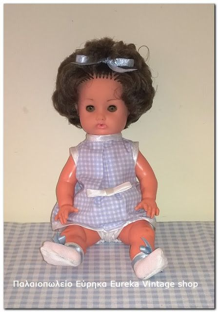 Σπάνια μικρή κούκλα Furga, από βινύλιο, περίπου του 1960-61. Έχει σφυρίχτρα στην πλάτη η οποία κάποιες φορές λειτουργεί. Σε πάρα πολύ καλή κατάσταση. Είναι πολύ όμορφα ντυμένη και γενικά είναι πολύ χαριτωμένη. Ύψος 25εκ.