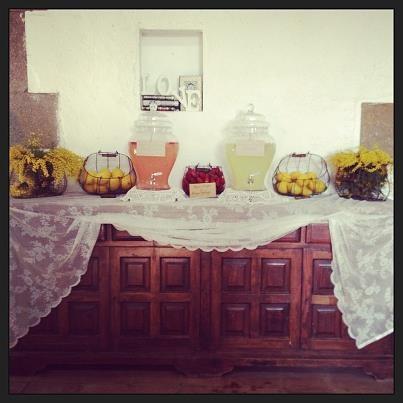 Lemonade Bar. Aprovechamos un antiguo mueble de Can Caballé para poner una lemonade bar de inspiración vintage. Sin duda es una gran idea para las bodas de primavera y verano.