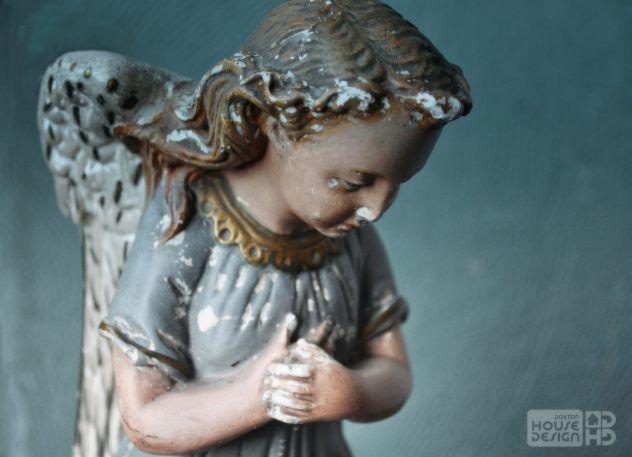 stary aniołek gipsowy