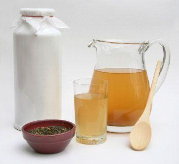 Il tè kombucha è una bevanda di origine orientale, giunta in Europa dalla Cina e dalla Russia, considerata tradizionalmente come un elisir di lunga vita e di salute duratura. Si tratta di un infuso molto simile ad un tè, a cui veniva attribuita la capacitò di creare equilibrio tra lo stomaco e la milza, aiutando in questo modo la digestione.