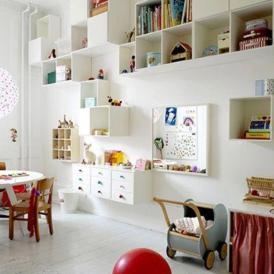 Svämmar barnens rum över av leksaker högt och lågt? Lugn, nu ska du få experthjälp! Om du organiserar barnrummet med smarta förvaringsutrymmen hjälper det dig att hålla ordning, samtidigt som
