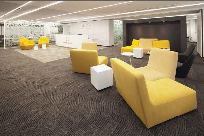 La baja altura del cielorraso condicionó el proyecto de arquitectura e interiorismo de las oficinas del negocio inmobiliario de Argos.