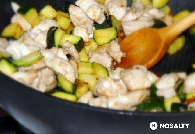 Krémsajtos-cukkinis csirkemell serpenyőben