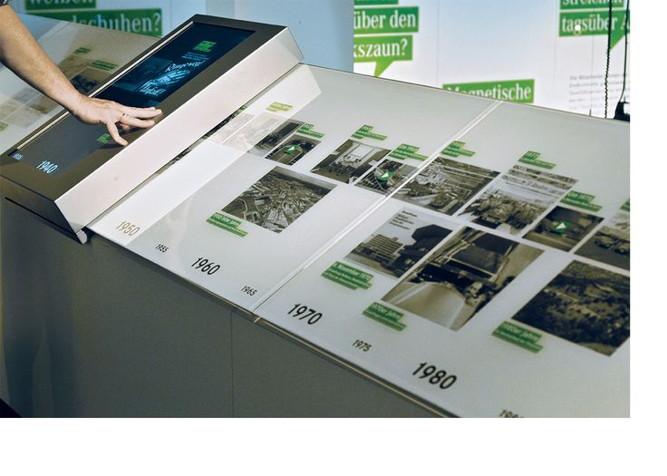 Sliding digital display interacts with underlying timeline via positioning sensors. WerkStadt Dialog - L2M3 Kommunikationsdesign GmbH