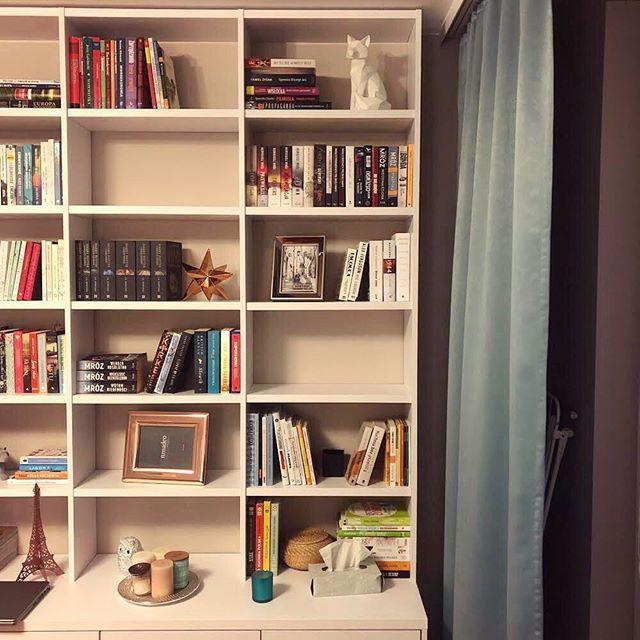 Na Warszawskim Bemowie Skonczylismy Ladna Zabudowe Rtv Salonu Polaczona Z Biblioteczka Na Ksiazki Wykonana Z Plyty Meblowej Zabudowa Home Decor Bookcase Home