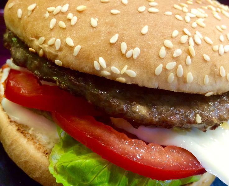 Hamburger Tradizionale:salse,pomodoro,insalata,formaggio.