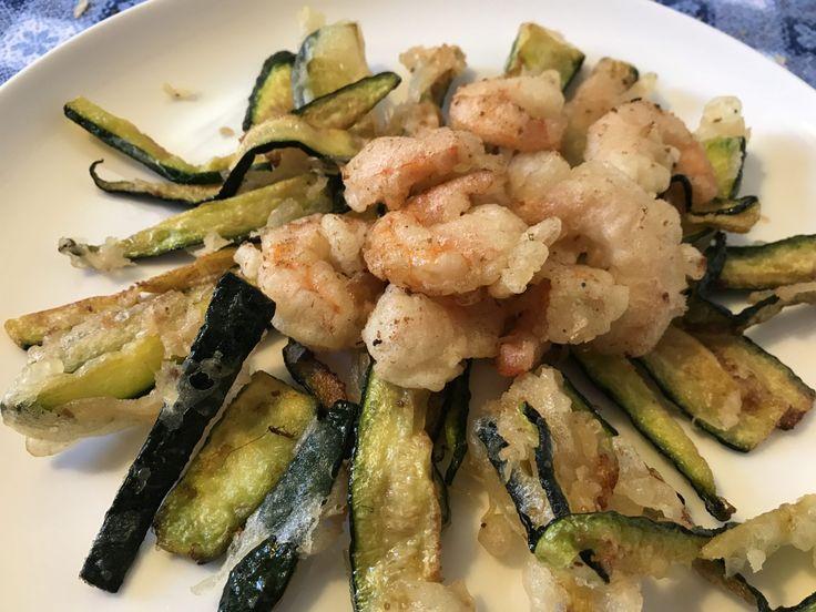 Tempura di gamberi e zucchine  http://www.cucinaconbenedetta.com/?p=6626  Non ho l'ardire di pensare che il mio tempura di gamberi e zucchine si avvicini neanche lontanamente all'originale piatto giapponese , che tra l'altro adoro. Ho semplicemente tentato di replicarlo, come sempre a modo mio, e sono molto contenta del risultato, nonostante la preparazione casalinga...  #Ricette, #Secondipiatti #Benedetta #Cucina