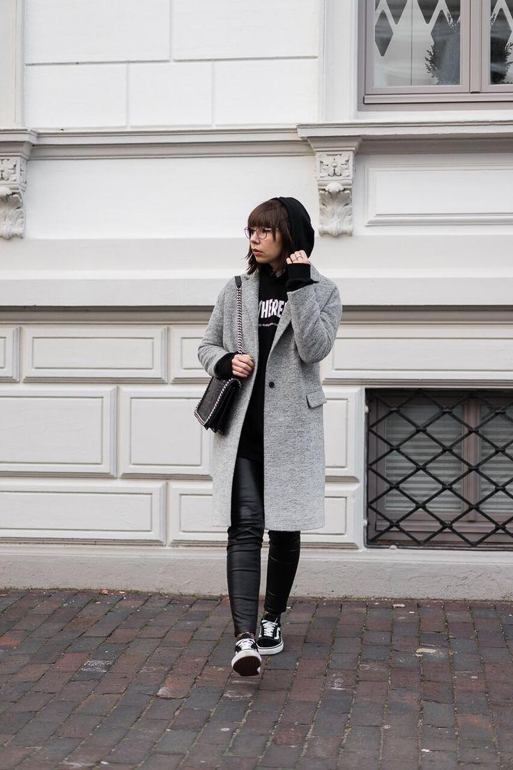 Wollmantel – AllSaints Hoodie – Black Velvet Circus Kunstlederhose – H&M Tasche – Zara Sneaker – Vans Old Skool Netzsocken – Calzedonia Brille – Ace & Tate