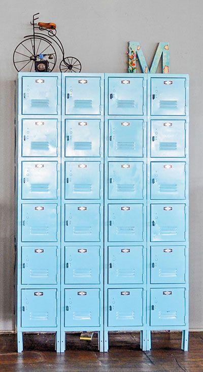 blue lockers. Diseño industrial de mueble con cajones de metal azul.