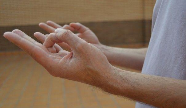 Prithivi-mudra Este mudra proporciona estabilidad interior, seguridad en uno mismo, aumenta la felicidad y ayuda a mejorar la paciencia y tolerancia. Podemos decir que con su práctica se reduce el pesimismo.