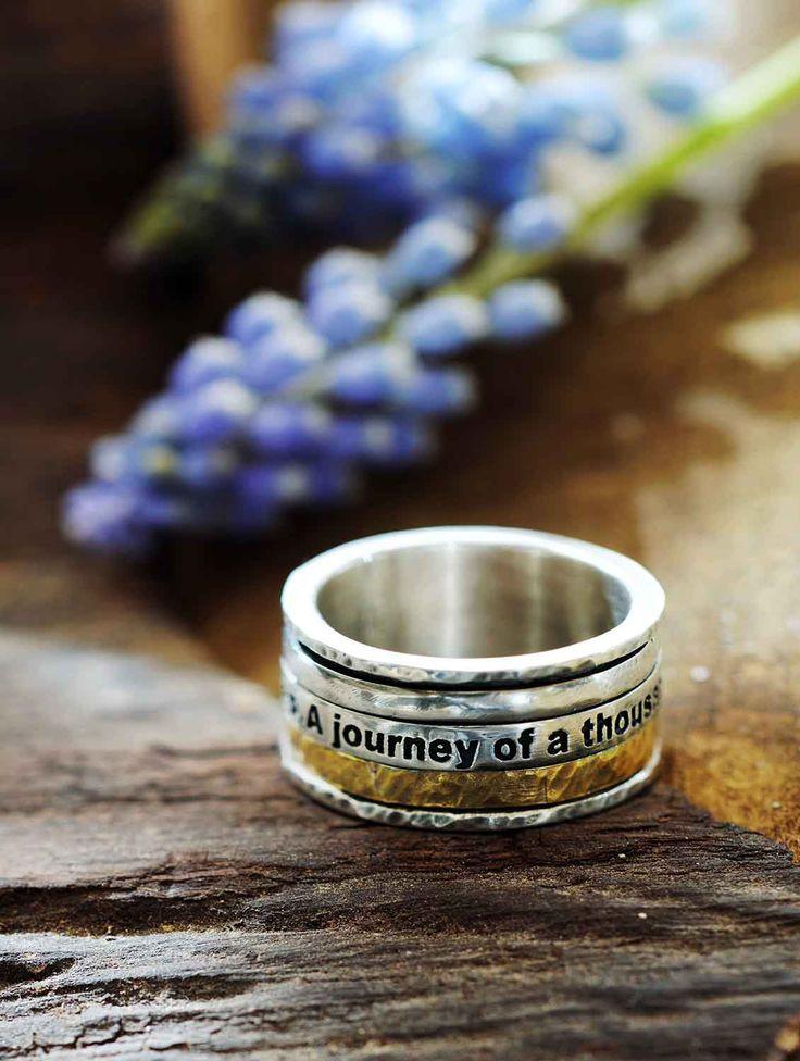'A journey of a thousand miles begins with a single step' staat er gegraveerd in deze handgemaakte ring, een motto uit de TAO.  Stoer, stijlvol, wijs… deze ring 'Journey' is het allemaal.  Tussen twee smalle bandjes van gehamerd zilver zitten drie iets bredere ringen; een van glanzend zilver, een van gehamerd goldfilled en daartussen een zilveren ring waarin de tekst 'A journey of a thousand miles begins with a single step' staat gegraveerd – een bemoedigend motto uit de tao. Het grappige is…