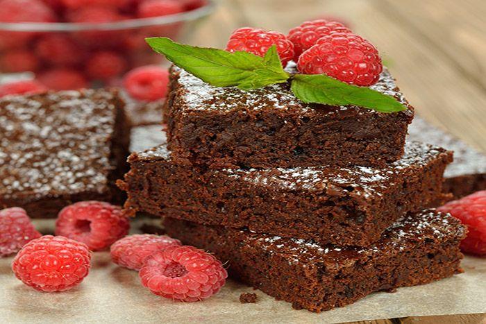 El brownie de chocolate es un postre tan delicioso como goloso, el cuál es muy fácil de hacer. Te enseñamos la receta sin secretos para que la disfrutes.