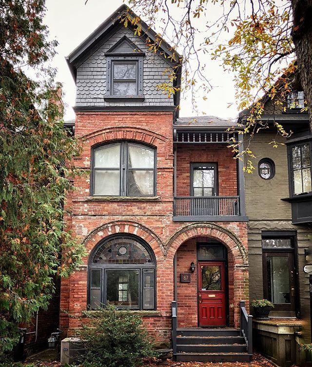 meine Wenigkeit liebe dieses große, schlanke Haus! Es gab kein Sparen an Finessen mit diesem …