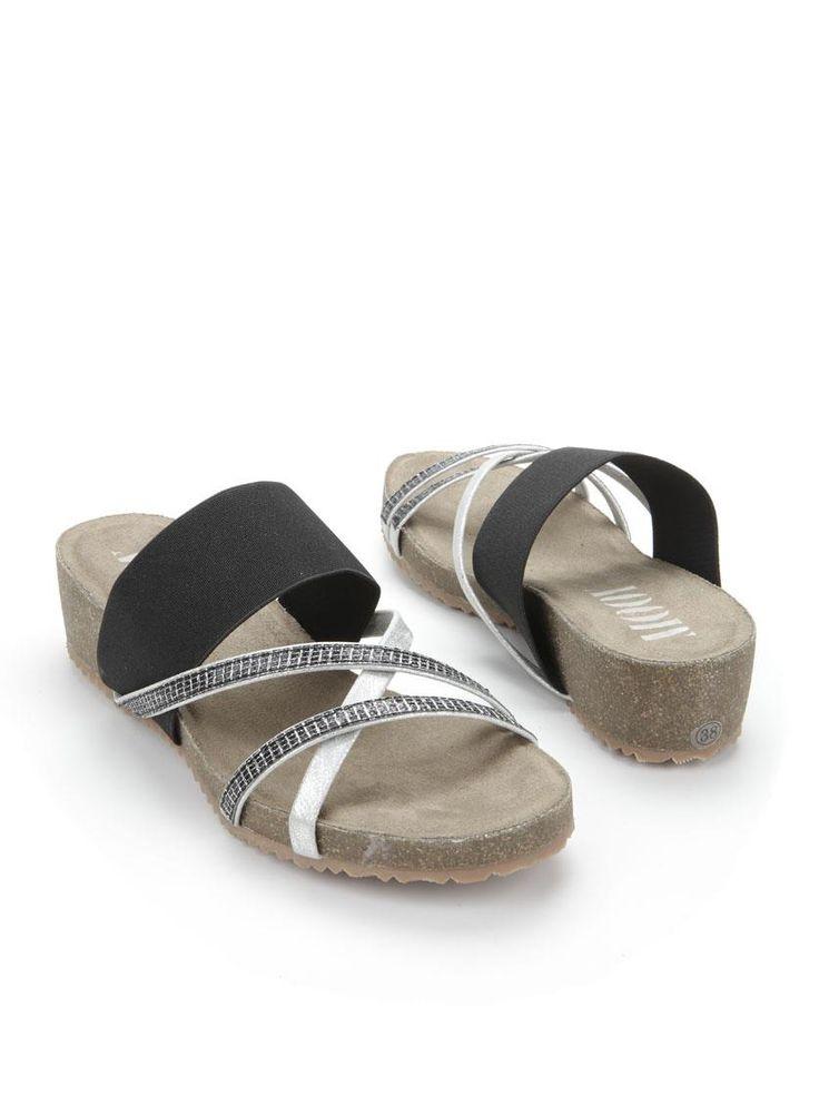 MOOY slipper  Description: Zwarte slippers van MOOY. Deze dames slippers hebben zilveren banden.  Price: 32.95  Meer informatie