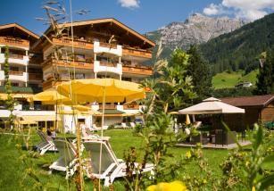 Der Garten des Hotel Stubaierhof Neustift im Sommer