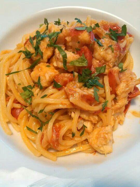Spaghetti con rana pescatrice e pomodori ciliegina