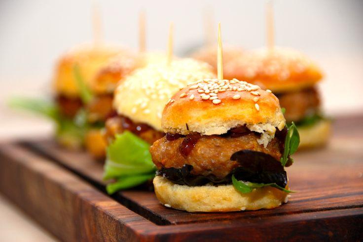 Se hvordan du laver bløde burgerboller med sesam a la brioche. Burgerbollerne er hurtige at røre sammen, og dejen er nem at arbejde med. Bløde burgerboller med sesam, som i virkeligheden er burgerb…