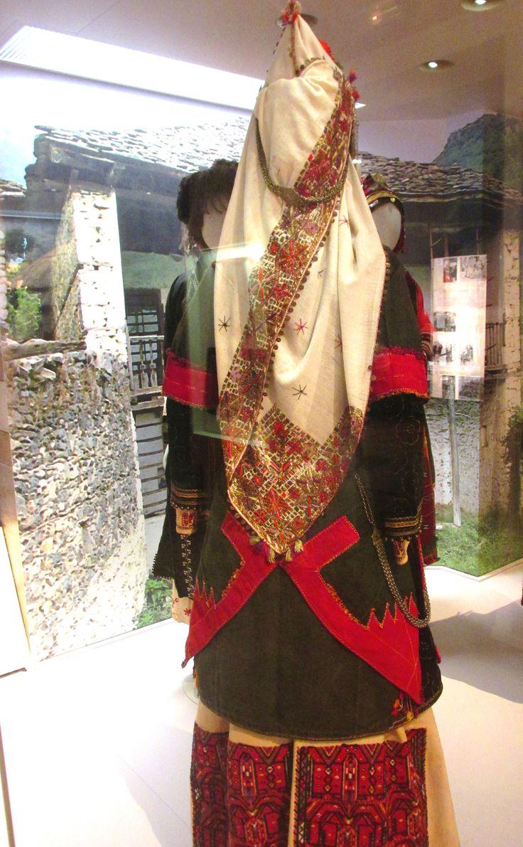"""Παραδοσιακή φορεσιά  απο την Επισκοπή Νάουσας. Νιόπαντρη με το """"καλπάκι"""" στο κεφάλι./(Λαογραφικό και Εθνολογικό Μουσείο Μακεδονίας - Θράκης)/Traditional costume from Naousa,Greece"""