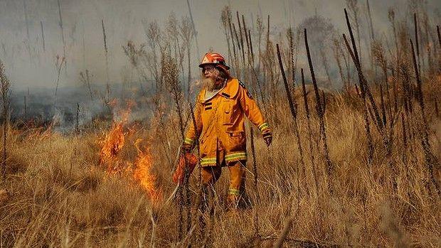 Rural fire service back burning at the Canberra Equestrian centre. Group officer Pat Barling starts backburning.