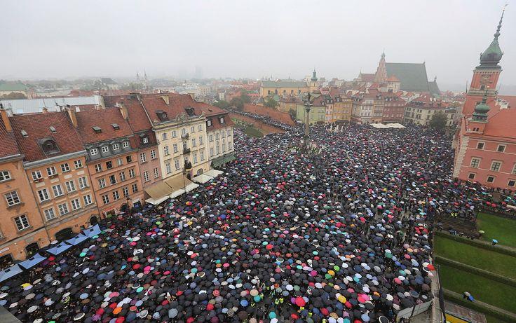 20161003 - Milhares de mulheres e homens formam um mar de guarda-chuvas durante a participação em uma greve nacional para protestar contra uma proposta legislativa de proibição total do aborto em uma praça em Varsóvia, na Polônia Czarek Sokolowski/AP