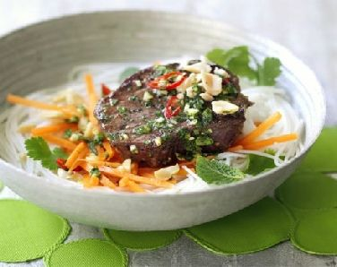Low FODMAP Recipe - Grilled beef, carrot & rice noodle salad