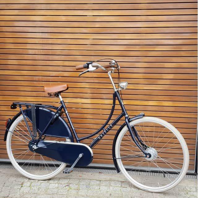 Auf dem neuen Gazelle Classic Fahrrad werden Sie sich pudelwohl fühlen. Es fährt sich wunderbar leicht in aufrechter Sitzposition.Das Design Team von Gazelle hat mit dem Classic ein preiswertes Hollandrad konstruiert, das sich in den Niederlanden millionenfach bewährt hat. Es ist einfach zu fahren. Die Technik ist überschaubar und leicht zu bedienen. Perfekt für alle, die häufig viele Kurzstrecken in der Stadt zurückzulegen haben. Im Flachland steht aber auch einem Ausflug im Wochenende…