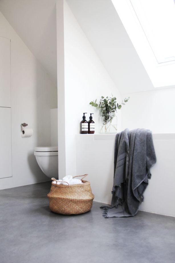 Badkamer; zonder voegen, wit/grijs, natuurlijke materialen (riet, hout, eucalyptus) [Elisabeth Heier].