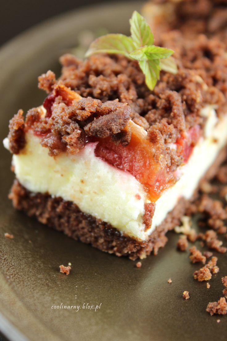 Kruche ciasto kakaowe ze śliwkami i waniliową pianką