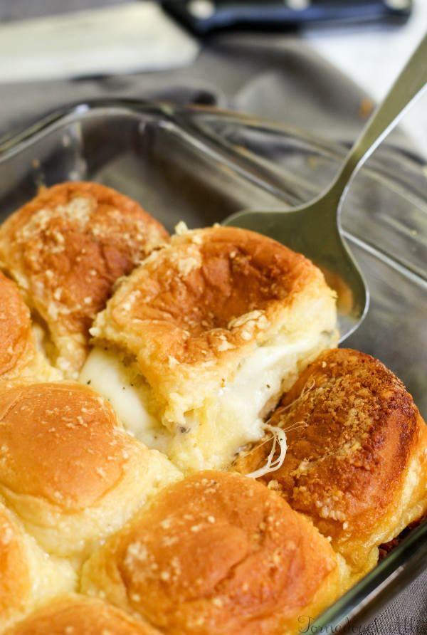 Cheesy Gefüllte Knoblauchbrot Sliders-Berge von Käse sind zwischen gefüllt, aber …   – collectorofrecipes.com 2