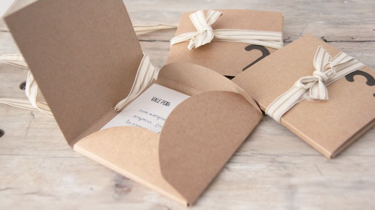 Neat idea for a small welcome package with tips and info. I like the use of natural materials in a classy way.