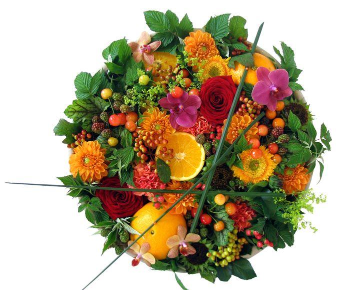 http://holmsundsblommor.blogspot.se/2008/08/smaklig-blomsterdekoration.html Låg dekoration med dahlia, rosor, se bloggen
