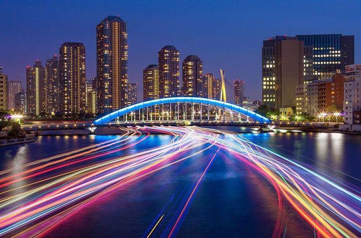 Пейзаж на Токийском заливе ночью. Радужный мост горит из семи цветов и освещает линии залива, по направлению которого движется водный транспорт. #japan#japan2016#япония#японский#японские#путешествие#casualjapan #природа#азия#instajapan#сакура#веснавяпонии#япония2016#красивыеместа#храмы