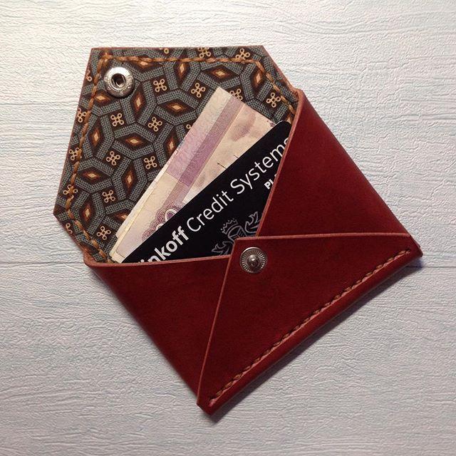 Новые кошельки/визитницы/монетницы уже в наличии. Яркий внешний вид и удобный размер. Данные для заказа - в описании профиля. #кошелек #кожа #кожаныесумки #кожанаясумка #монетница #визитница #изделияизкожи #изделия #leather #leathergood #leathercraft #ручнаяработа #leatherstrips #красный