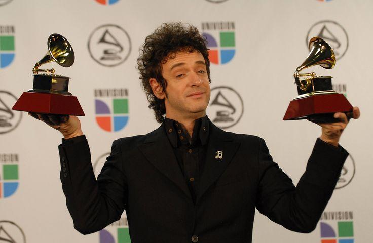 Foto del 2 de noviembre de 2006 que muestra a Gustavo Cerati con sus premios al Mejor Artista Rock  álbum  solista y Mejor Canción de Rock durante los Premios Grammy Latinos en Nueva York, Estados Unidos.
