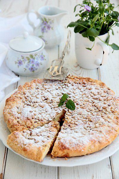 Подозреваю, что расхожее «дольче вита» происходит от традиции итальянцев завтракать сладкой выпечкой. Не может быть день плохим, если он начался с чашки капучино и куска сладкого домашнего пирога! Зная это, в наших путешествиях по Италии мы предпочитаем маленькие семейные отели, в которых подают домашний завтрак, а не стандартный набор под названием «континентальный завтрак». Вот так однажды, в маленькой сельской гостинице в Тоскане, нам на завтрак подали пинолатту. Пирог был настолько…