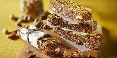 Repen voor tussendoor gemaakt van dadels, vijgen, amandel en muesli en een saus van pindakaas en appelstroop. Maak af met pistachenoten.