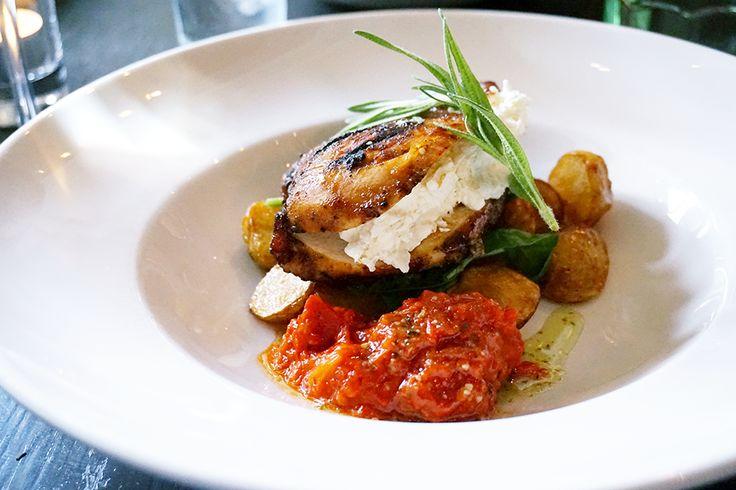 Kycklingbröst med fetaostkräm, vitlökspotatis en paprika-, pesto- och tomatrelish. | Mamma-dotter-kväll | Sannas Rum