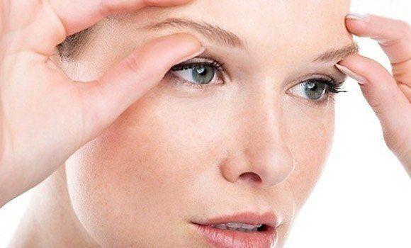 подтягиваем кожу век. Важную роль во внешности любой женщины занимают глаза.   Макияж глаз