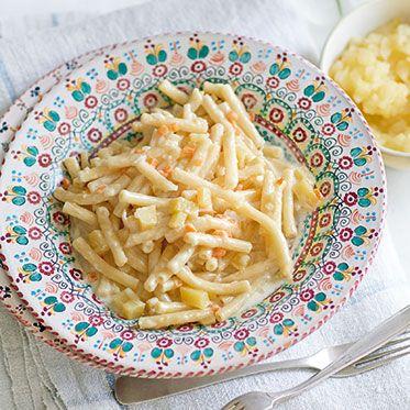 One Pot Pasta - Nudeln mit Käse-Sahne-Soße http://www.kuechengoetter.de/rezepte/Pastagerichte/Aelpler-Makkaroni-7315005.html?utm_source=fb&utm_medium=rezept&utm_campaign=social