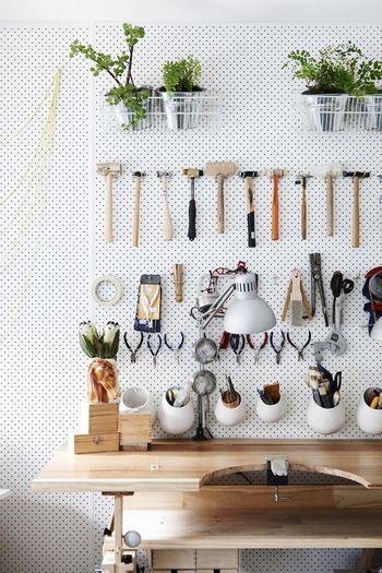 有孔ボードの壁なら、専用の引っ掛け金具もたくさん市販されていますし、穴に木の棒を差し込んでいろいろなものを飾ることができます。日常的に使うものを美しく飾りたいあなたにオススメです。                                                                                                                                                                                 もっと見る