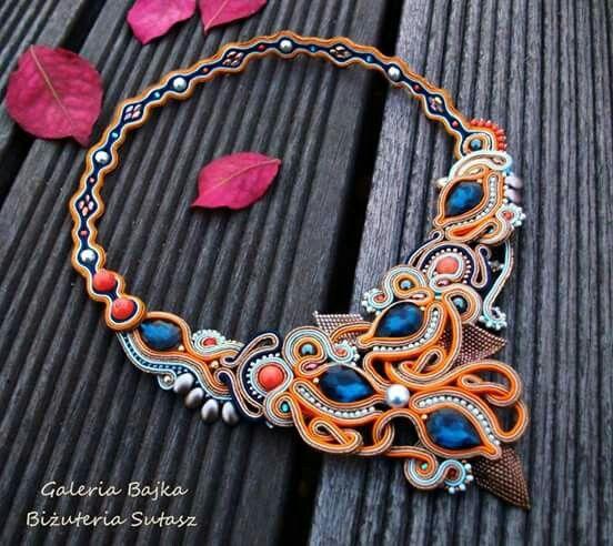 Sehr kunstvolles Collier, bunt aber doch abgestimmt - Designed by Galeria Bajka Biżuteria Sutasz | Mehr von der Designerin auf Facebook: https://www.facebook.com/galeriabajka/