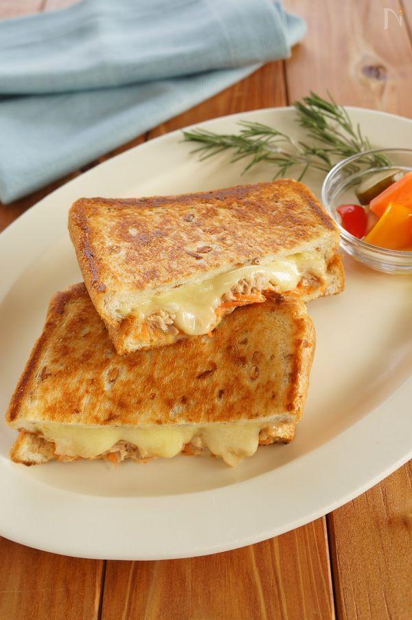 サクサクの食パンとツナ、とろーりとろけたチーズの組み合わせがたまらないアメリカの定番ホットサンドです。  千切りにんじんを加えたアレンジバージョンです。