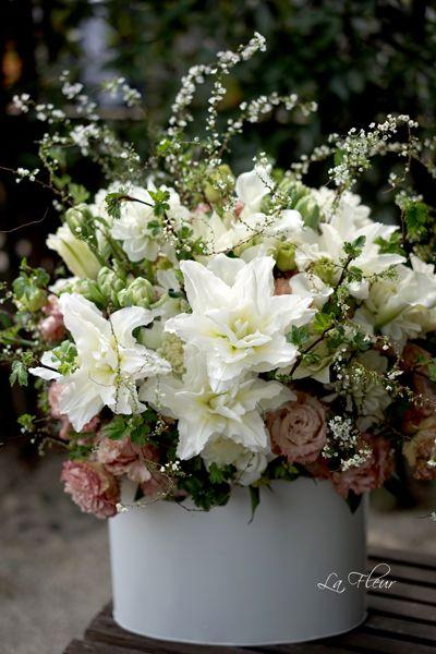 お供えのお花 花市場で 綺麗な八重のゆり カロリーナを見た途端に こちらをメインに使おうと決めました。 白い...